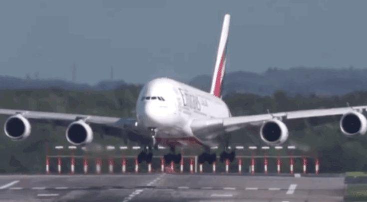 Escalofriante aterrizaje del avión más grande del mundo con viento cruzado en Alemania [+Video]