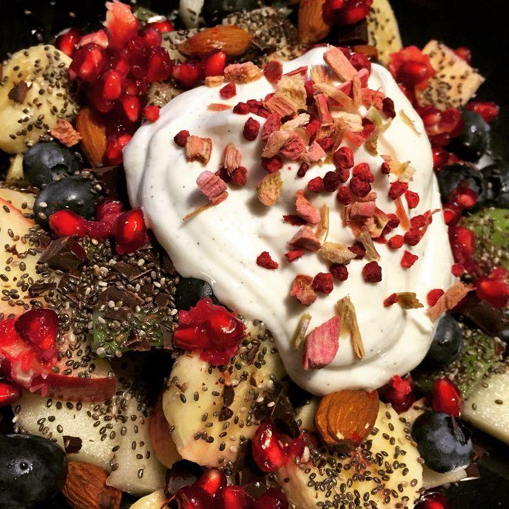 Lækkert mellemmåltid med masser af frugt, bær, nødder, chia frø, frysetørrede hindbær og skyr.