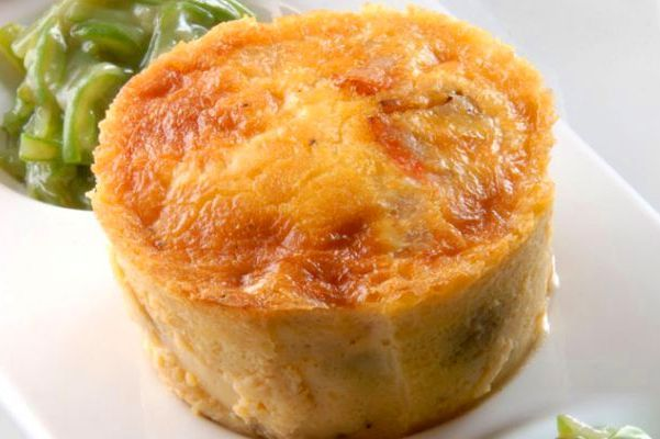 El típico quiche o pastel de jamón y puerros lo vamos a convertir en flan, porque lo cocinaremos al baño María. Estará más cremoso y menos tostadito en la