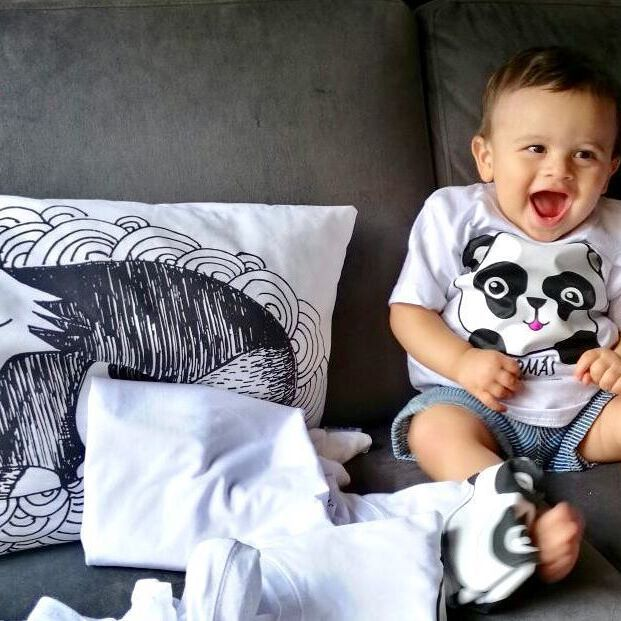 Dos papás orgullosos nos comparten la foto de su hermoso bebé con su camiseta Choonta puesta ¡Se ve divino! Gracias Alejandro Delgado y su esposa Lorena por comprar camisetas para toda su familia y llenar de felicidad a su peque. ¡Un hogar feliz al estilo Choonta!  #Choonta #ChoontaKids #LíneaKids #CamisetasParaNiños #Esqueletos #EsqueletosParaMujer #EsqueletosParaHombre #EstampadosExclusivos #EstampadosParaNiños #EstiloUrbano #CamisetasBogotá#CamisetasCali #VentaCamisetasParaNiño…