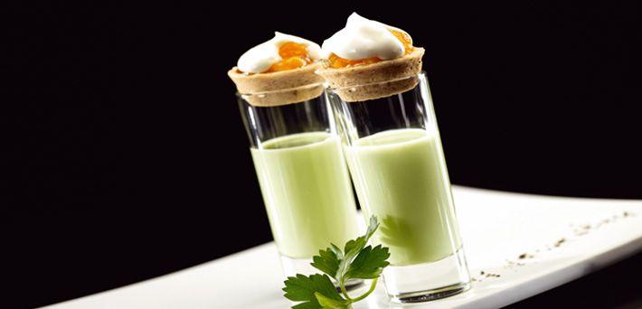 Für den Tzaziki-Shot Salatgurke schälen, klein schneiden und mit dem ungekühlten QimiQ Classic, Joghurt, dem Limonen-Olivenöl sowie etwas Salz fein mixen, durchs Haarsieb gießen und in Gläschen füllen.