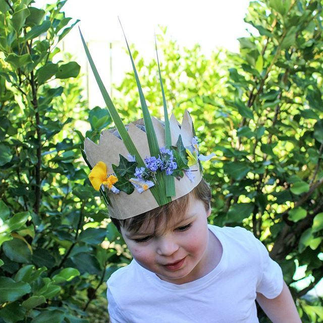 Prince Arlo in his element. Nature crowns & garden hangs. We just cut a recycled paper bag into a crown shape, cut it lengthways in half, reattached with a strip of duct tape (sticky side facing out), collected our nature treasures & then stuck them straight onto the exposed tape. Simple stuff 🍃💫🍁