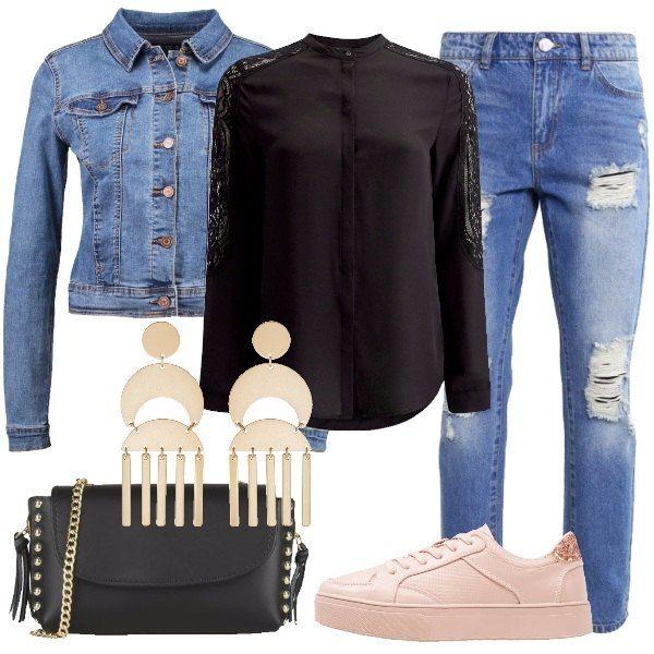 Look comodo da indossare tutti i giorni. Jeans baggy blu denim, camicia nera con maniche rifinite in pizzo e giacca di jeans, sneakers basse nude in finta pelle, borsa a tracolla nera con dettagli dorati e orecchini a bottone oro.