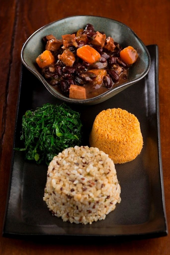 Em uma charmosa casa em Botafogo, o novo restaurante vegetariano Naturalie Bistrô tem como proposta juntar a boa gastronomia à alimentação saudável. As receitas são feitas, em sua maioria, com ingredientes orgânicos e sazonais. Entre os destaques estão a Feijoada veggie (R$28,90 - foto), feita de feijão com abóbora e tofu defumado, acompanha arroz integral com linhaça, couve e farofa de cenoura. A casa funciona de segunda a sábado de 11h30 às 16h. #Rio