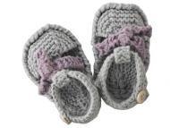 Mignons chaussons pour bébé en forme de spartiates, taille 3 mois et aiguilles N°3. Fournitures Fils à tricoter Phildar, qualité « Cabotine » (55% coton, 45% acrylique) : 1 pel. col. Bruyère et col. Sable. Aig. n°3. Crochet n°3. 2 boutons. Points employés...