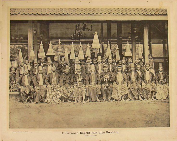 Regent met zijn hoofden, Oost-Java.