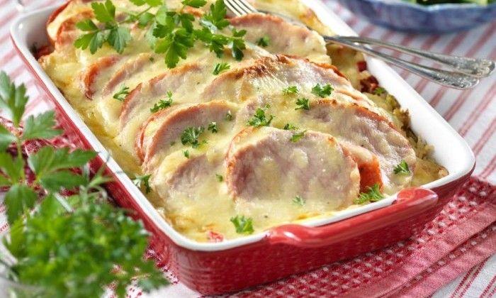 Ris, kassler och tomater som gratinerats med en härlig ostsås – så praktiskt det är när hela middagen serveras ur en och samma form!