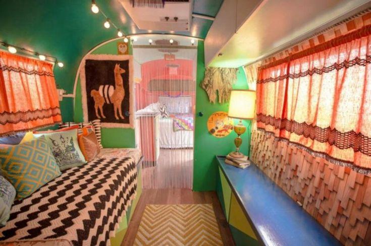Coin « séjour » de cette rétro caravane américaine Airstream