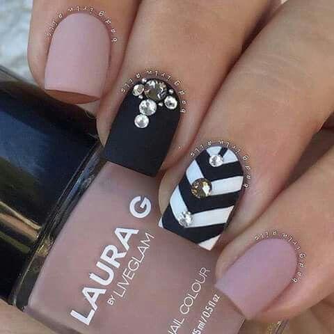 Uñas de acrílico color rosa palo,negro y blanco con negro en mate