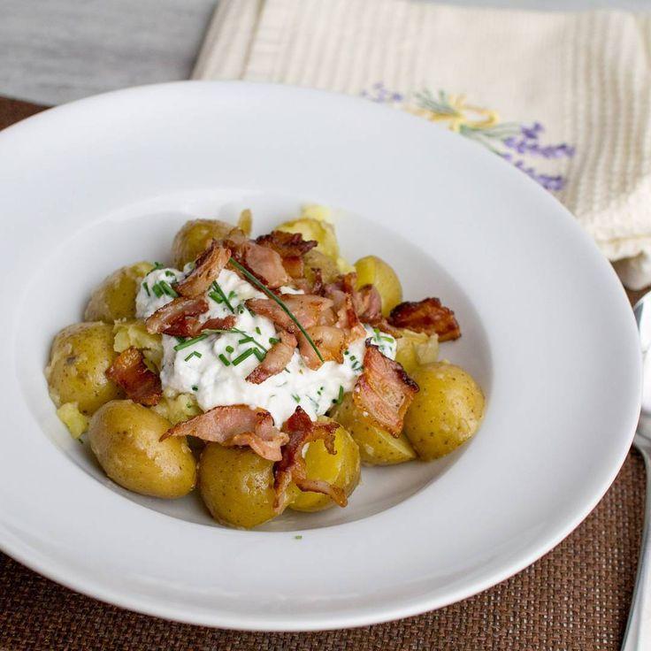 Taky máte rádi nové brambory? A co takhle s tvarohem a pažitkou? Dnes jsem navíc v lednici našel zbytek pancetty tak jsem si je trocha vylepšil. #potatoes #brambory #prkýnko