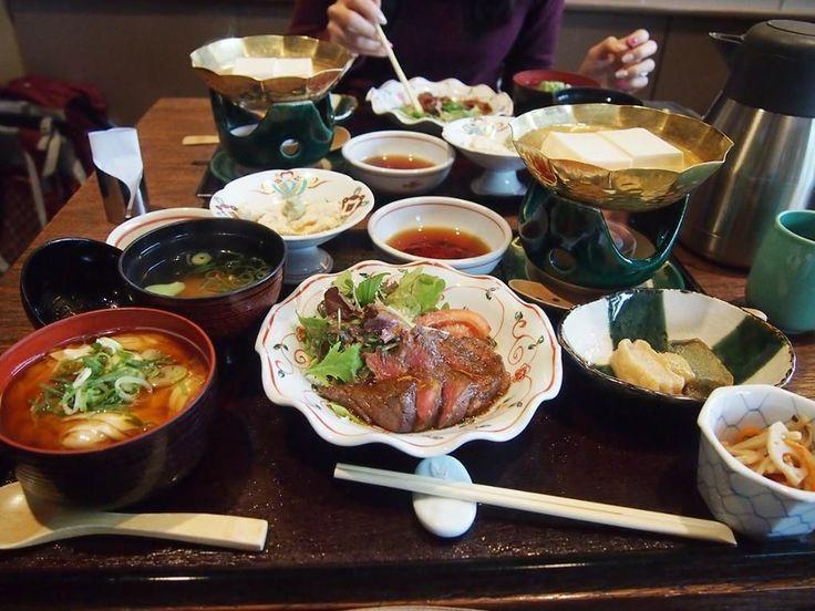 京都市右京区にある嵐山は連日多くの人が訪れる京都随一の観光スポットです。嵐山にはミシュランガイドに掲載されている有名店や地元の人に長く愛されている老舗のお店など数多くの飲食店があります。今回は嵐山にあるリピーターの多いおすすめグルメをご紹介します♪ 1.うなぎ屋...