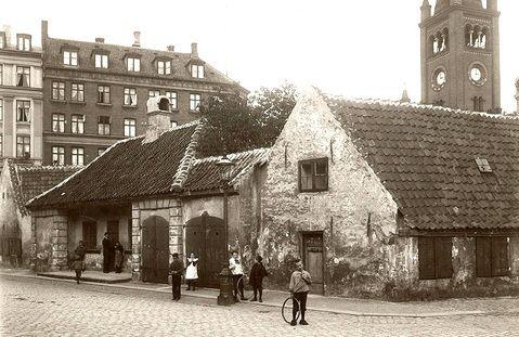 Der er ikke megen romantik over dette billede af Nyboders hovedvagt. Til trods for, at det er taget sidst i 1800-tallet, er husene præget af fremskredent forfald.