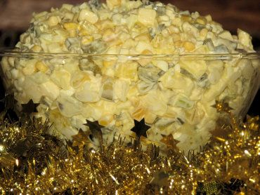 Pyszna i szybka do zrobienia sałatka śledziowa na Święta Bożego Narodzenia i na Sylwestra :) To śledź w towarzystwie kiszonego ogórka, cebulki, buraczków i jabłuszka - mniam! Ma też ciekawy kolor - wyróżnia się na stole wśród innych sałatek! To coś fajnego na Święta dla miłośników śledzi i nie tylko ;) Przepis na sałatka śledziowa na różowo.