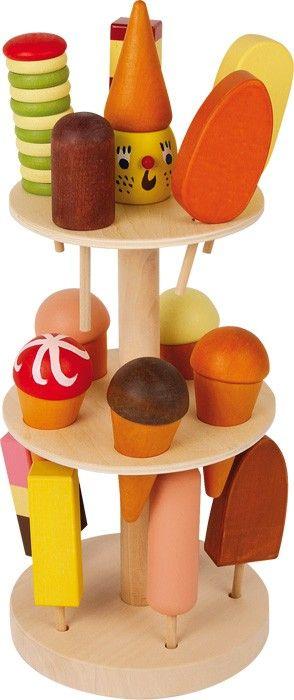 Dieser dreistöckige Ständer aus Holz hat es in sich! Insgesamt 15 einzelne Eisportionen können auf dem Eisständer lecker präsentiert und aufgestellt werden. Das Holzgestell regt den kleinen Appetit an und bietet als ideales Zubehör für den Kaufmannsladen immer eine Gelegenheit zum Zugreifen. Ein leckeres und cooles Erlebnis für alle Eiscremefans.