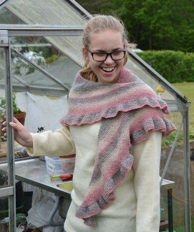 Vi är verkligen glada i mönstret Omfamning. Det passar alla Ullcentrums garner.  Här har Marianne Grip stickat sjalen i Ullcentrums tvåtrådiga ullgarn, i färgen Sky Pink. Två härvor, det vill…