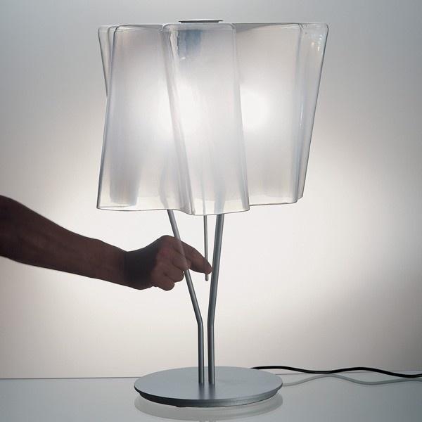 Artemide lamparas - Logico tavolo sobre mesa de diseño para una decoración interiorior con difusor de seda lucido y regulador de intensidad luminosa la puedes conseguir en la tienda online.