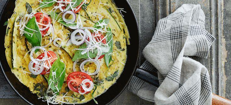 Skal aftensmaden være nem, sund og hurtig, så prøv SuperBrugsens opskrift på squash frittata med løg og cherrytomater. Du finder opskriften lige her.