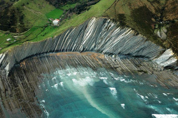 Vista del flysch a su paso por #Deba. Se trata de uno de los puntos geológicos más importantes del planeta. Un libro abieto para comprender la evolución de la tierra. #deba #gipuzkoa #flysch #zumaia