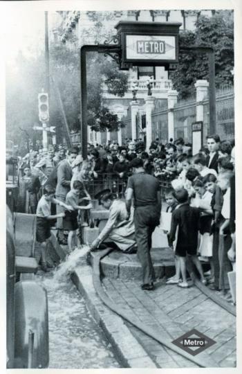 Acceso a la estación de Banco de España, Madrid, 1942. Procedente del Archivo fotográfico de Metro de Madrid.