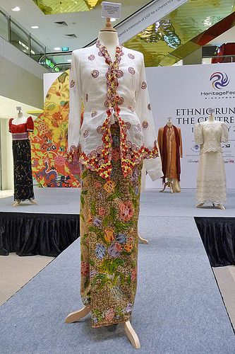 singapore dress tradition | kebaya and sarong 1