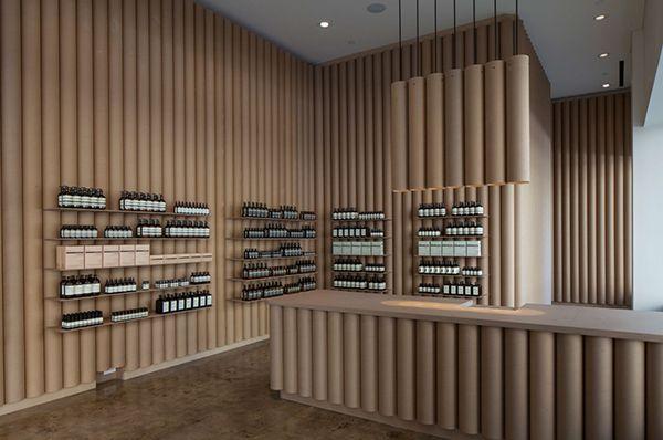 Decoración con tubos de cartón para una tienda de vinos.