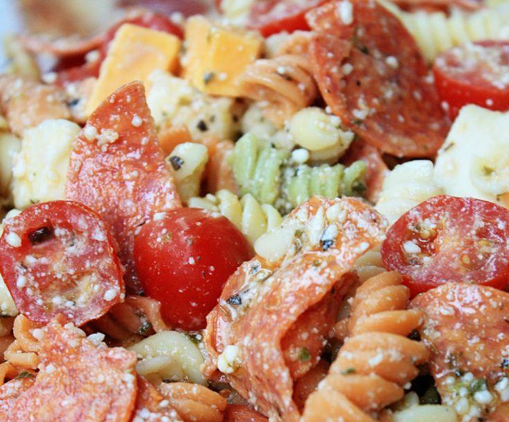 Une recette originale de salade de pâtes froide avec du fromage et du pepperoni! Parfait pour les lunchs ou un accompagnement rapide...