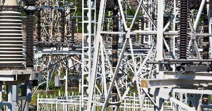 Medidas de seguridad dentro y en torno a una subestación eléctrica. Una subestación eléctrica es un gran dispositivo de servicio público que se ubica entre una planta generadora y los consumidores que utilizan la electricidad que aquí se produce. Las subestaciones están conectadas a la red de energía a través de líneas eléctricas y, mediante el uso de transformadores, reducen e incrementan el voltaje para que se ...