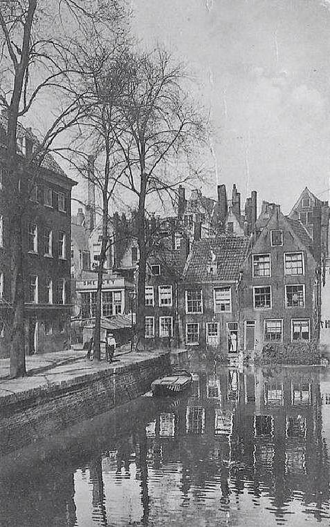 Het Groenendaal ,de foto is genomen vanaf de Poppenbrug het bruggetje naar de Nieuwe Haven. het Groenendaal is het verlengde van de Steigers gracht - en het Boerensteiger.