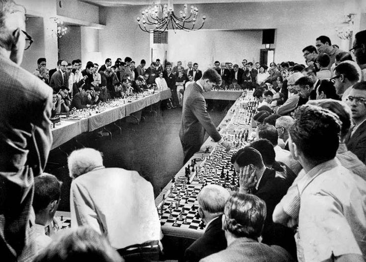 Bobby Fisher joue contre 50 opposants en même temps, Il a remporté 47 parties, en a perdu une et a fini 2 fois à égalité - Hollywood, le 12 avril 1964.