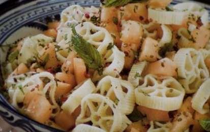 Ricette estive: pasta fredda al melone - La pasta fredda al melone è una ricetta estiva sfiziosa e facile da preparare in cui useremo il melone cantalupo e la pasta del tipo le ruote, è perfetta da servire per una cena tra amici.