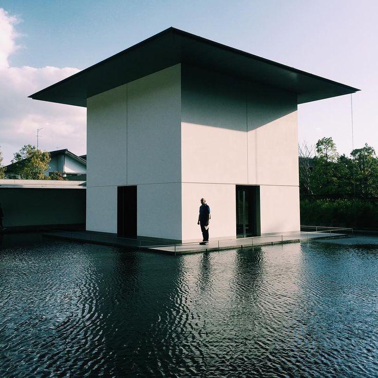 例えばあなたがもし、金沢市内の観光に夢中になって〈鈴木大拙館〉の開館時間を逃してしまっても、安心してください。谷口吉生設計の建築は、館外からの見学が可能です。(休館日の月曜日も外観は見学できるそうです。)