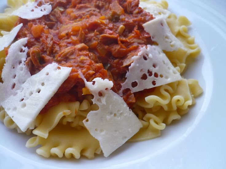 Emel Mutfakta: İtalyan Usulü TON Balıklı Makarna. Malzemeler : 1 orta boy kuru soğan. 1 er tane sarı, yeşil, kırmızı biber. 3 -4 tane orta bot domates. 1 kutu konserve ton balığı. 2 diş sarımsak. karabiber. pulbiber. tatlı kırmızı toz biber. tuz. bir tutam feslehen.