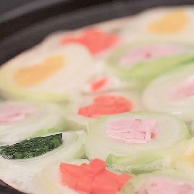 いろんな野菜を使って、彩豊かで可愛いお鍋はいかがでしょうか? --------- ✨アプリC CHANNELもよろしくね✨ 全動画がサクサク見られて、自分のマイリストが作れます♪ 「シーチャンネル」で検索してみてください😊 --------- 1つずつ包んであるので、食べやすく、野菜もいっぱい食べられるので、 ヘルシーでおいしい鍋です。 あなたのお鍋の締めはご飯派?うどん派? . ■材料(2-3人前の量) ・ にんじん…1/2本 ・ 黄パプリカ…1/2個 ・ 白菜…15枚(大きめの葉) ・ ほうれん草…2束 ・ 豚バラ肉…150g ・ ベーコン…5枚 ・ 玉ねぎ…1個 ・ 塩コショウ…少々 ・ ポン酢、ゴマダレなどお好みのタレ…適量 . ■手順 (下準備)ベーコンをスティック状、玉ねぎは半分にし、1cm幅に切っておく。 1. 細めのスティック状に切ったにんじん、パプリカ、1/3の長さに切ったほうれん草と一枚一枚に葉を剥がした白菜を熱湯でしんなりするまでさっとゆでる。 2. 粗熱の取れた白菜で1と豚バラ肉、ベーコンをそれぞれ巻き、半分に切る。 3…
