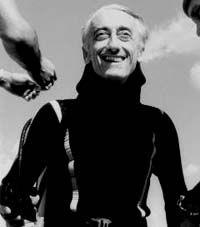 """El Capitán Cousteau ha escrito, en colaboración con varios co-autores, más de cincuenta libros, publicados en más de doce idiomas. Los últimos libros publicados son """"Viaje de Cousteau al Amazonas"""" (1984), """"Jacques Cousteau / Ballenas"""" (1988), """"Las Islas del Pacífico"""" (1990), La Isla de los Espíritus"""" (1995), y """"El Mundo de los Delfines"""" (1995).   Fallecio 25 de junio de 1997"""