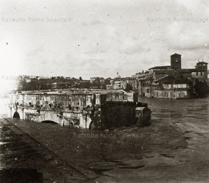 Tiber Island and remains of the historic Palatine bridge during the 1904 flood Photo by: Francesco Chigi Taken from: The private collection of Francesco Chigi, curated by Eva Paola Amendola- Einaudi Editor- Torino 1978
