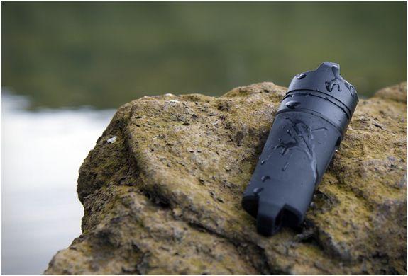 Firesleeve transforma qualquer isqueiro Bic padrão num isqueiro aderente, impermeável, flutuante, com um bloqueio de gás para manter os dedos seguros. A capa fina e discreta é projetada para encaixar seu isqueiro como uma luva, criand