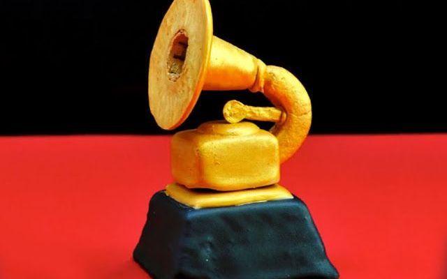 Biscotti a forma di Grammy.. chi resiste? Si è appena conclusa la cerimonia di consegna dei Grammy, gli oscar della musica e ancora non si sono esaurite le polemiche. Ma non siamo qui per parlare di musica ma per imparare a fare questo bisco #video #grammy #biscotti #tutorial