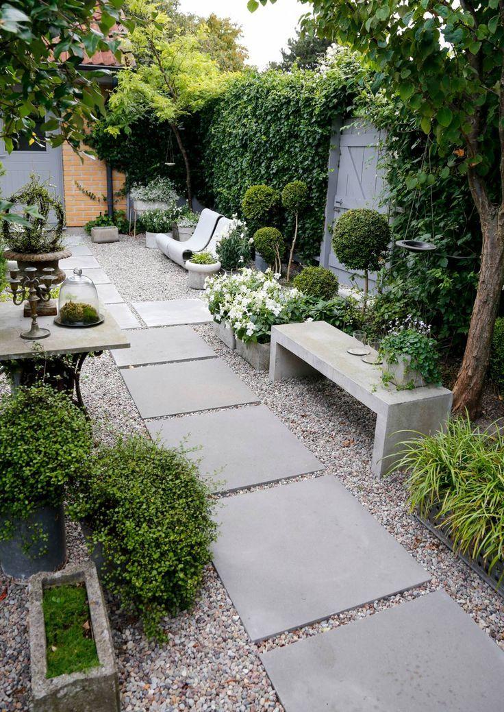 Der stilisierte Garten ist mit geschickten Pflanzen- und Materialoptionen gestaltet. Hängend