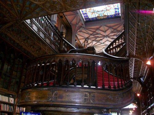 Librería Lello e Irmao en Portugal. Una de las más impresionantes de Europa por su belleza, además ha sido escenario de algunas escenas de la saga del mago Harry Potter.