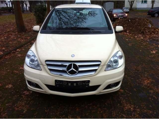 Mercedes-Benz B 180 седана в желтом цвете, как подержанные автомобили в Кельне для € 2,950, -