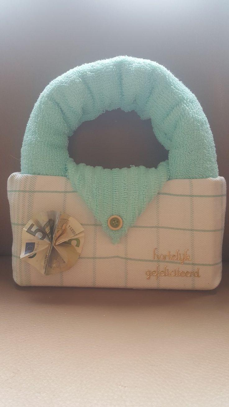 Tasje van theedoek en handdoeken als cadeautje