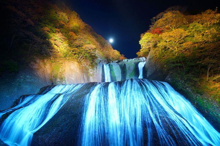 """「袋田の滝」と言えば日本3大名瀑の1つとして、荒々しい落水が有名な滝ですよね。でもここが日本で初めて""""恋人の聖地""""として認定された滝だということをご存じの方は少ないのでは?名瀑と恋人ってイメージがつながらないそう思う人にこそ行ってほしいスポットです♪大岩壁四段を流れ落ちる名瀑茨城県久慈郡にある「袋田の滝」は、日光の「華厳の滝」、熊野の「那智の滝」と並び日本3大名瀑の1つと言われています。名瀑..."""