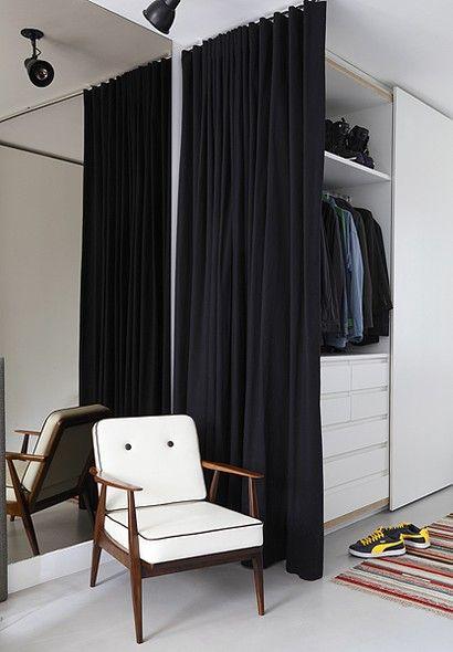 CLOSETS O espaço do closet se separa do quarto apenas por uma cortina de sarja – solução econômica sugerida pela arquiteta Luciana Penna