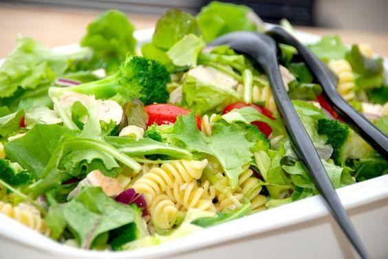 Kyllingesalat opskrift: Se den lækre opskrift på en salat med stegt kylling, pasta, broccoli, små tomater, mixed salat og en god dressing. Du skal prøve denne lækre og nemme kyllingesalat opskrift,…