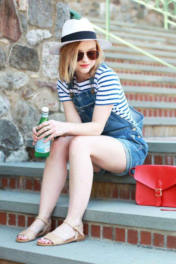 comment porter la salopette, sandales beige, chapeau blanc avec ruban noir, lunettes de soleil