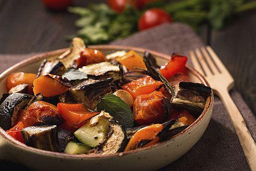 Met een geurige ratatouille eet je met speels gemak je dagelijkse portie groenten. Het is wel even wat snijwerk, maar verspil je tijd niet aan fijnsnijderij. Grof gesneden is de norm! Maak deze groenteschotel in ruime hoeveelheden, zodat je een lekker hapje voor de volgende dag overhoudt.