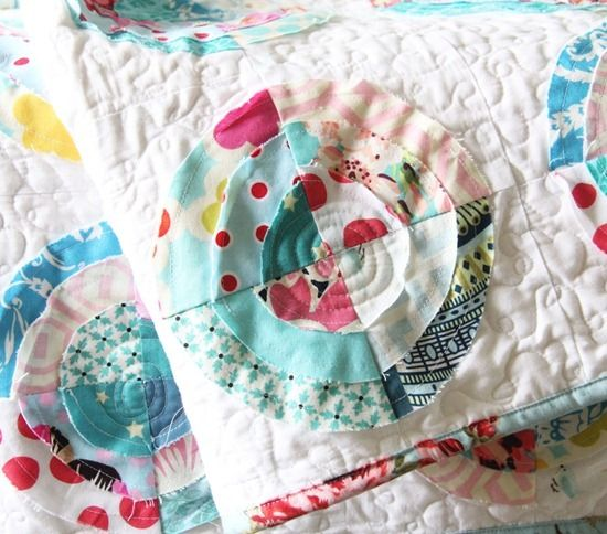 love, love, love this scrappy, raw-edge circle quilt from cluckclucksew!