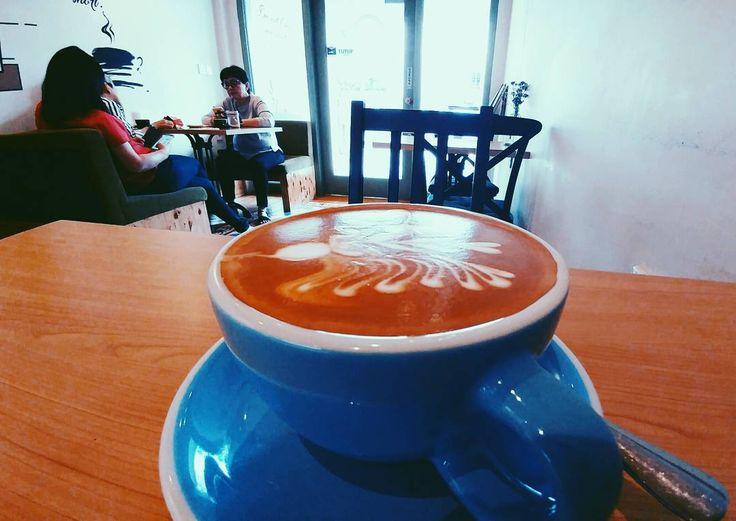 Sepertinya sih kedai espresso-based terasyik se-Medan. @monksroaster namanya asyik tempatnya (walau mini) dan enak kopinya. Mandailing Natural versi v60-nya juga uenak.  Langsung sambangi!  # #kopi #coffee #coffeetime