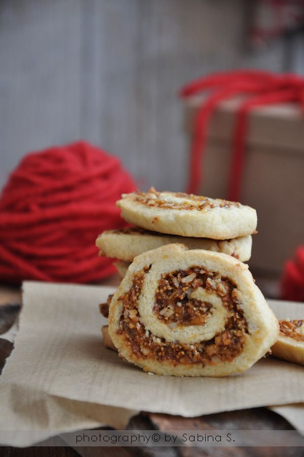 Biscotti di Natale: chiocciole con fichi e mandorle ... Christmas cookies: snails with figs and almonds