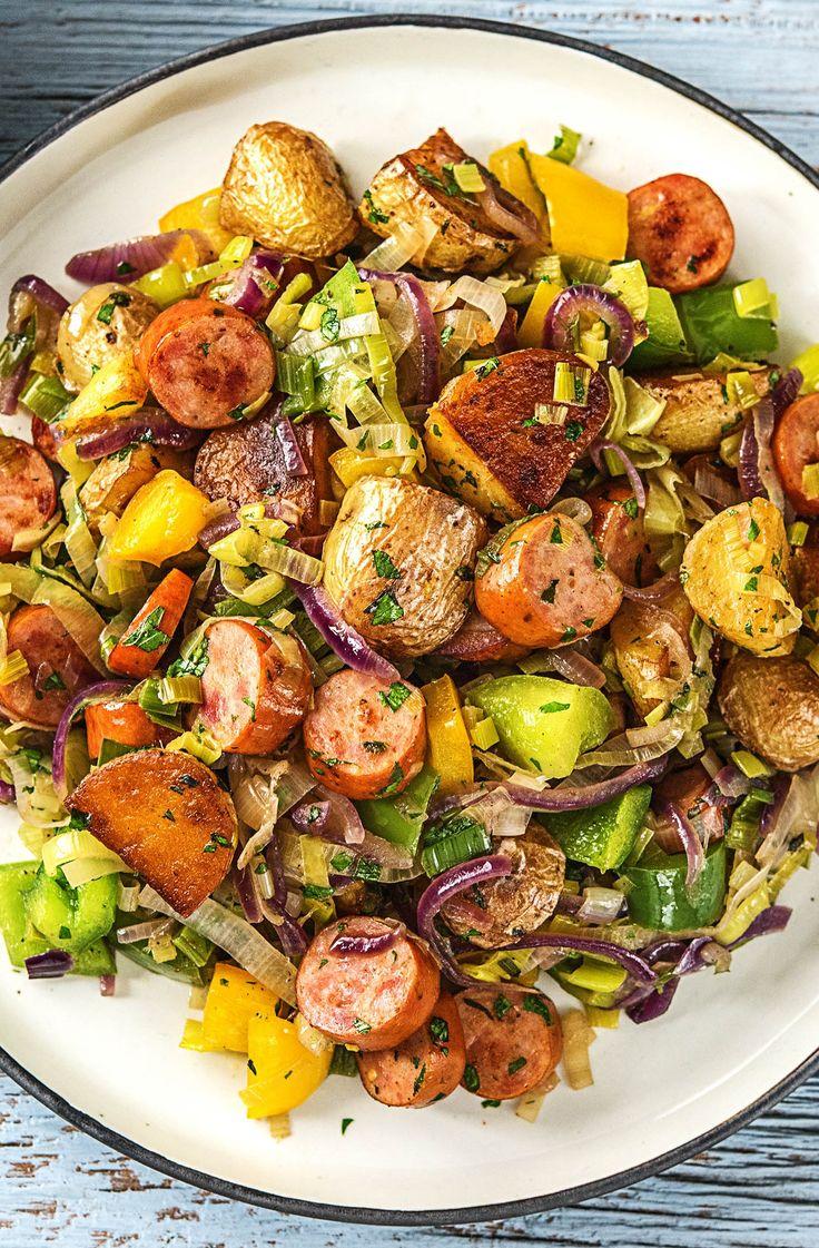 Rauchig-herzhaft und mit einer angenehmen Schärfe! So kommt unsere Krakauer-Gemüse-Pfanne daher. Dieses Gericht ist nicht nur eine echte Augenweide mit all den farbenfrohen Zutaten, sondern auch noch eine echte Gaumenfreude! Wenn knackiges Gemüse auf zarte Krakauer und frische Kräuter trifft, dann heißt es nur noch: schlemmen und glutenfrei genießen!